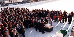The crowd that gathered outside the hall where the funeral was held at Brunstad Conference Center, before Sigurd Bratlie's casket was taken to the Grefsen cemetery.